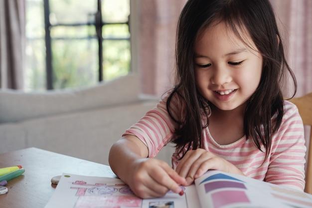Młoda azjatycka dziewczyna rysuje w domu, homeschool edukacja