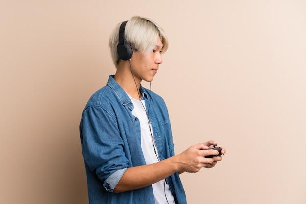 Młoda azjatycka gra w gry wideo