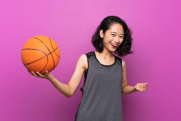 Młoda azjatycka kobieta bawić się koszykówkę