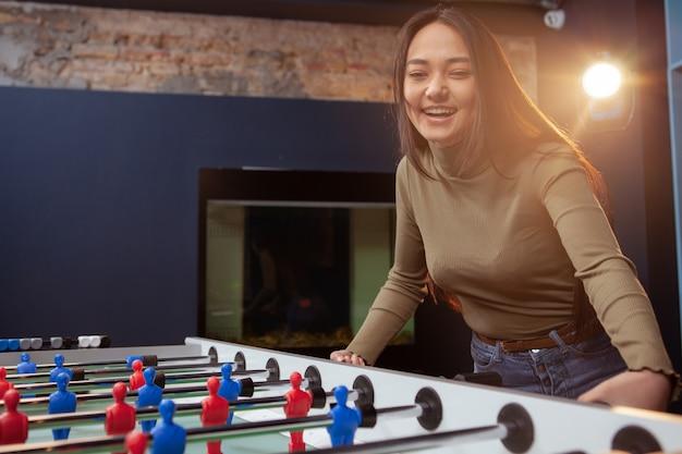 Młoda azjatycka kobieta bawić się piłkarzyki