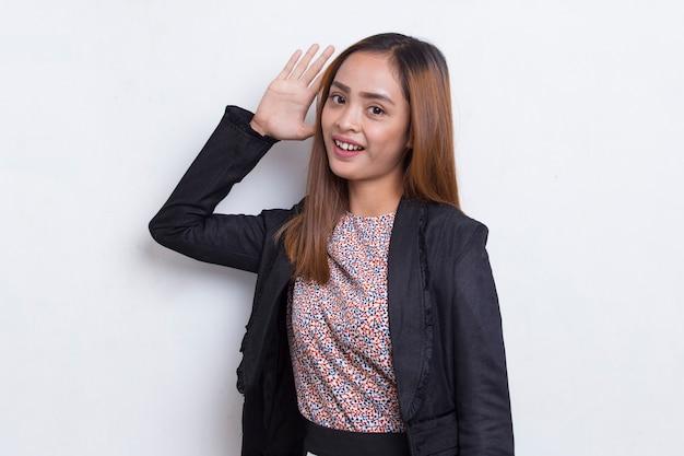 Młoda azjatycka kobieta biznesu zakrywająca oba uszy rękami na białym tle