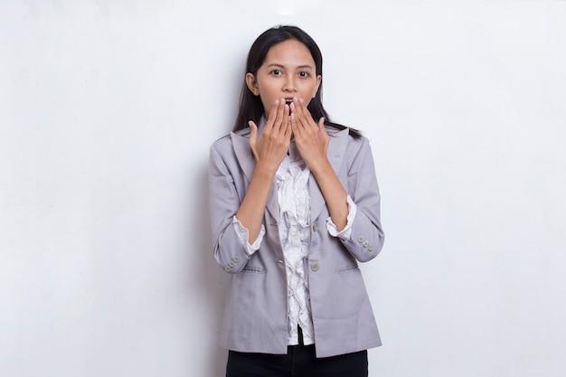 Młoda azjatycka kobieta biznesu zszokowana zakrywając usta rękami za pomyłkę tajna koncepcja