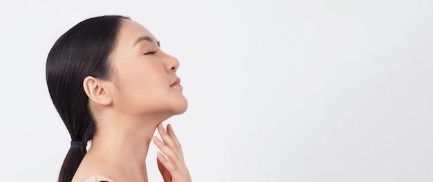 Młoda azjatycka kobieta piękna twarz makijaż kosmetyku do pielęgnacji skóry i pokazująca naturalną miękkość wellness