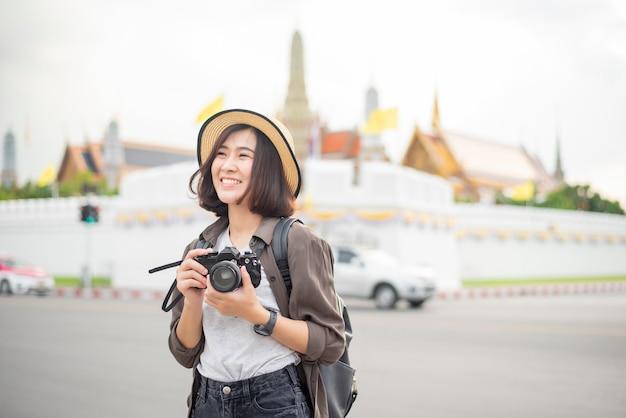Młoda azjatycka kobieta podróżująca cieszy się z pięknym miejscem w bangkoku
