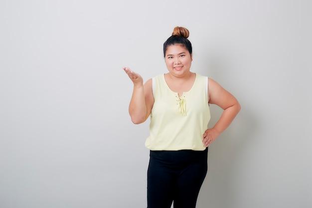 Młoda azjatycka kobieta pokazuje coś