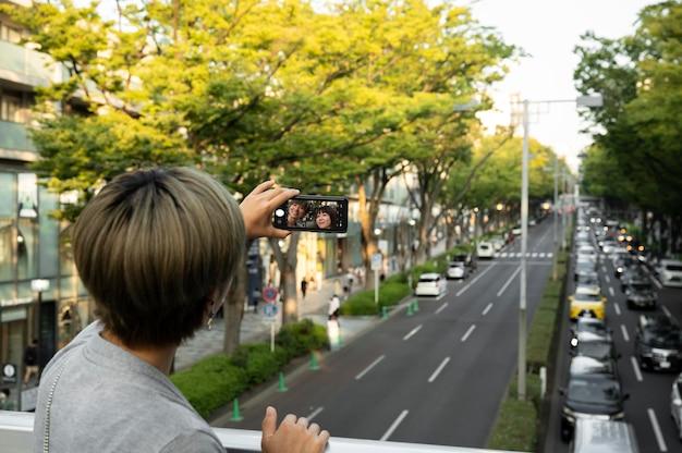 Młoda azjatycka kobieta robi selfie