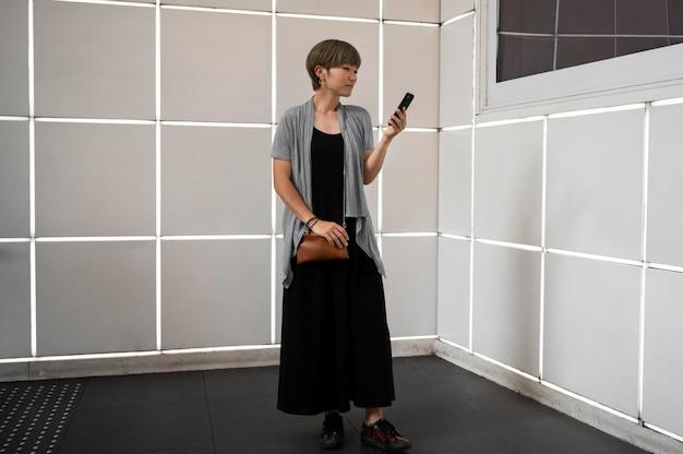 Młoda azjatycka kobieta sprawdzająca swój telefon