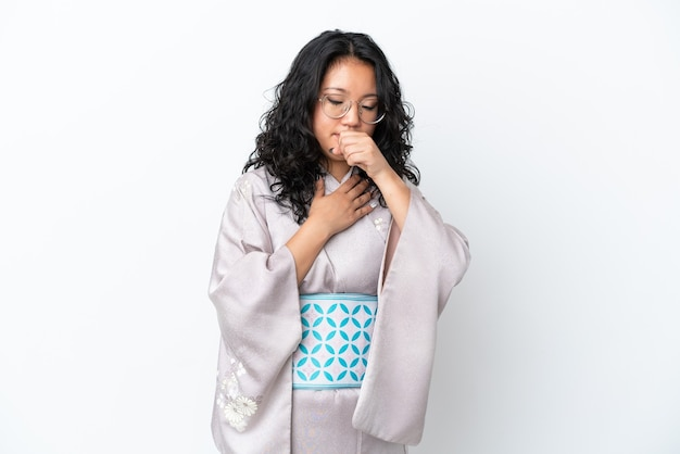 Młoda azjatycka kobieta ubrana w kimono na białym tle cierpi na kaszel i źle się czuje