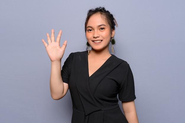 Młoda azjatycka kobieta w czarnej bluzce