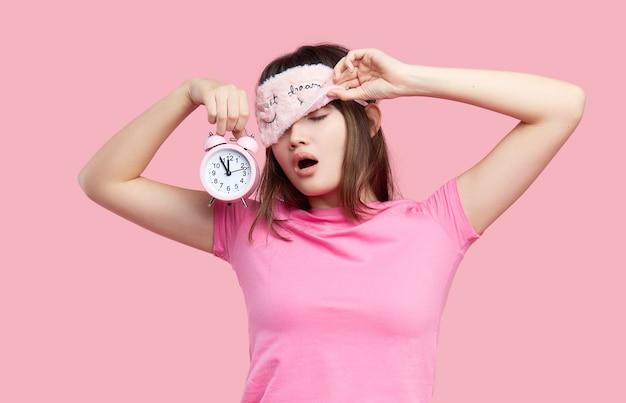 Młoda azjatycka kobieta w masce do spania ziewanie