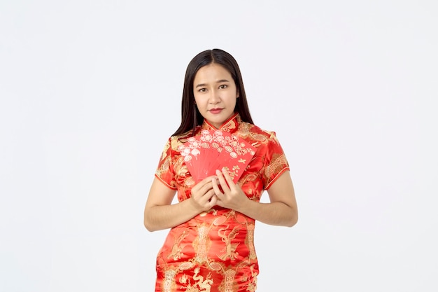 Młoda azjatycka kobieta w tradycyjnej czerwonej sukni cheongsam