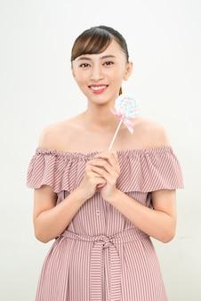 Młoda azjatycka kobieta z lolipopem