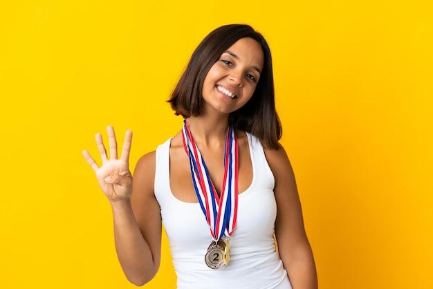 Młoda azjatycka kobieta z medalami na białym tle