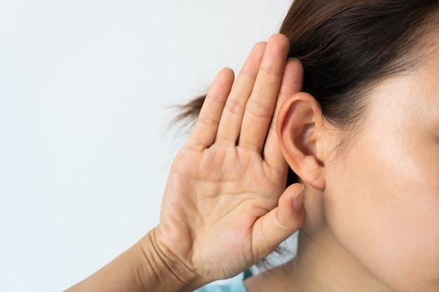 Młoda azjatycka kobieta z problemem słuchu.