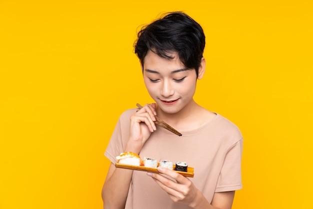 Młoda azjatycka kobieta z suszi
