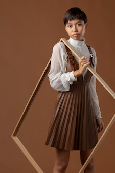 Młoda azjatycka modelka pozuje w jesiennych ubraniach