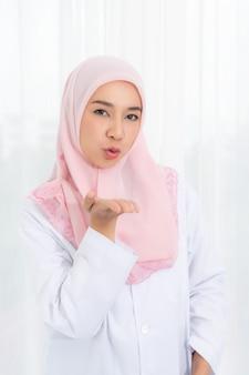 Młoda azjatycka muzułmańska kobieta.
