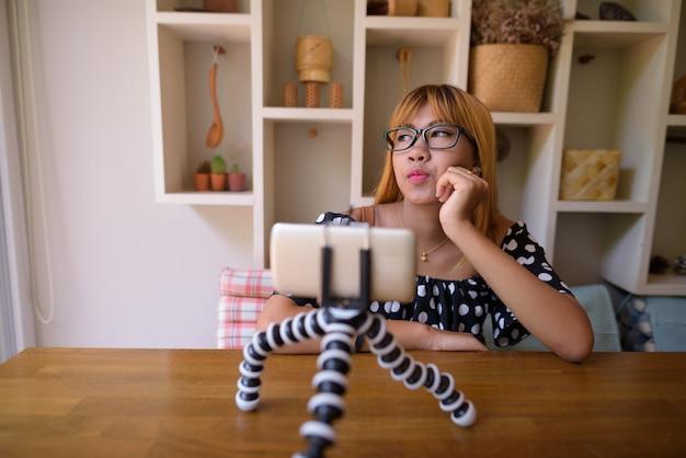 Młoda azjatycka nastolatka relaks w domu