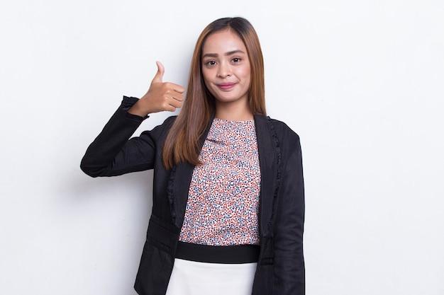 Młoda azjatycka piękna biznesowa kobieta z ok znak gestem tumb up na białym tle