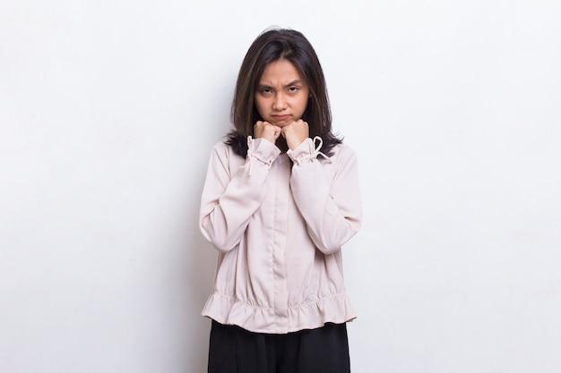 Młoda azjatycka piękna kobieta zły emocjonalny krzyki i krzyki na białym tle