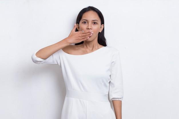 Młoda azjatycka piękna kobieta zszokowana zakrywając usta rękami za pomyłkę tajna koncepcja