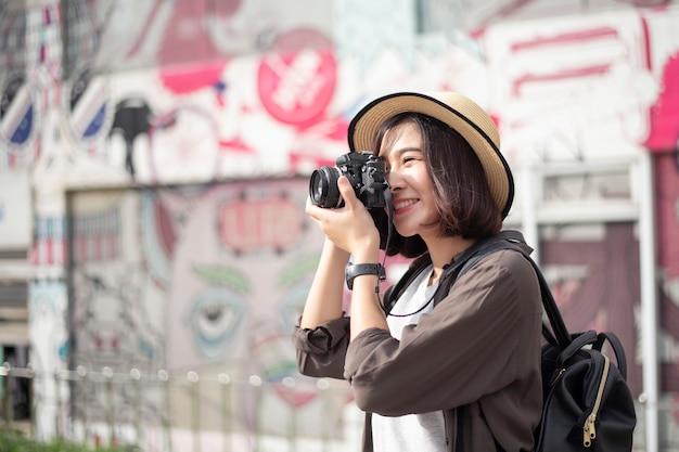 Młoda azjatycka podróży dziewczyna cieszy się z pięknym miejscem w bangkok, tajlandia