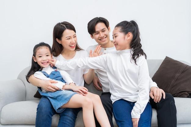 Młoda azjatycka rodzina bawiła się w domu w czasie wolnym