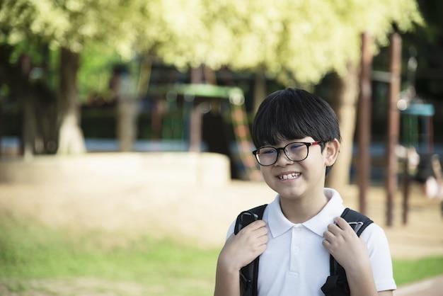 Młoda azjatycka tajlandia chłopiec szczęśliwa iść szkoła