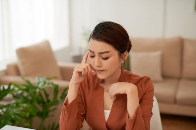 Młoda azjatycki bizneswoman uczucie stresu z pracy w biurze.