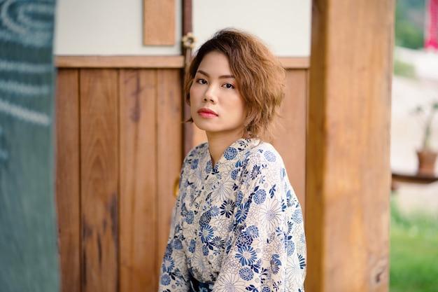 Młoda azjatykcia dziewczyna jest ubranym kimono