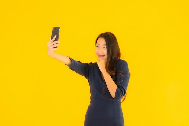 Młoda azjatykcia kobieta z telefonem