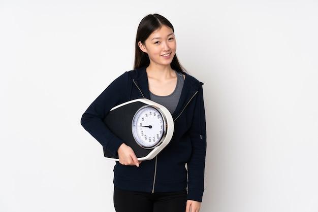 Młoda azjatykcia kobieta z wagą