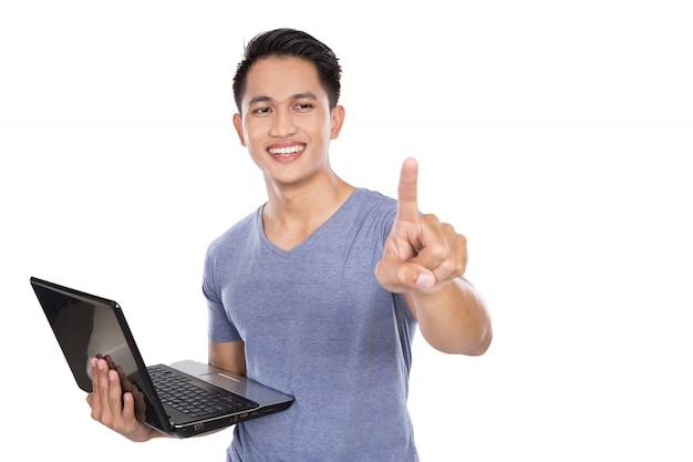 Młoda azjatykcia mężczyzna pozycja z laptopem otwartym, gest ręki tou
