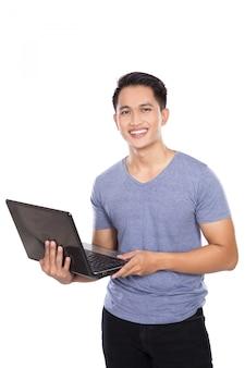 Młoda azjatykcia mężczyzna pozycja z laptopem otwartym, odosobnionym