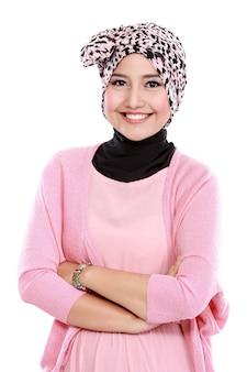 Młoda azjatykcia muzułmańska kobieta w kierowniczym szalika uśmiechu