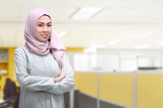 Młoda azjatykcia muzułmańska kobieta z chustka na głowę