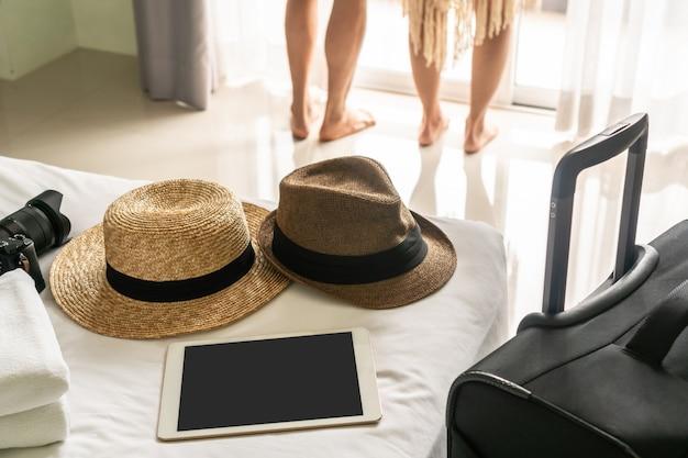 Młoda azjatykcia para podróżuje wpólnie pokoju hotelowego czas wolny.