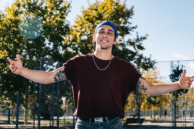 Młoda b chłopiec tanczy i pozuje przy boisko do koszykówki