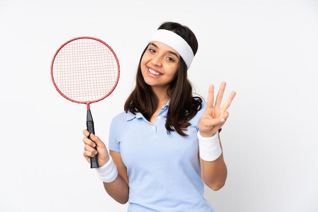 Młoda badmintonistka kobieta szczęśliwa i liczy trzy z palcami