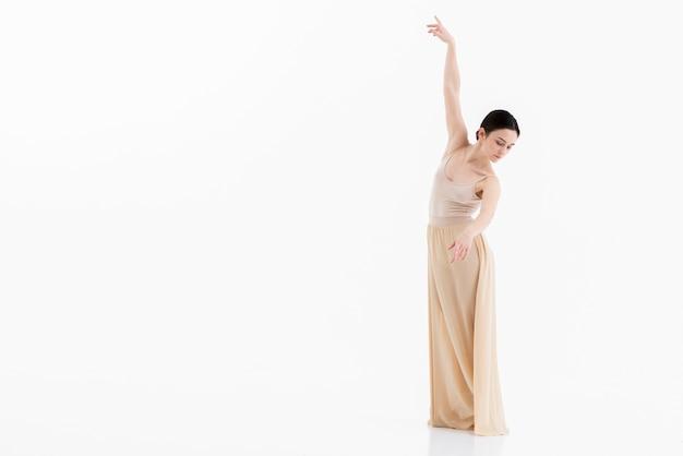 Młoda balerina wykonuje taniec z gracją