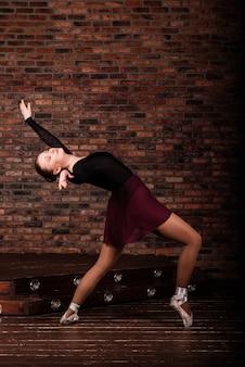 Młoda baletnica w ciemnym body