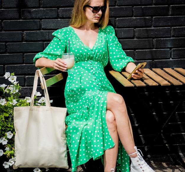 Młoda beautyful kobieta z lnianą eko torbą na tle miasta