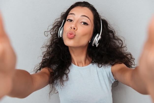 Młoda beztroska dama robi selfie
