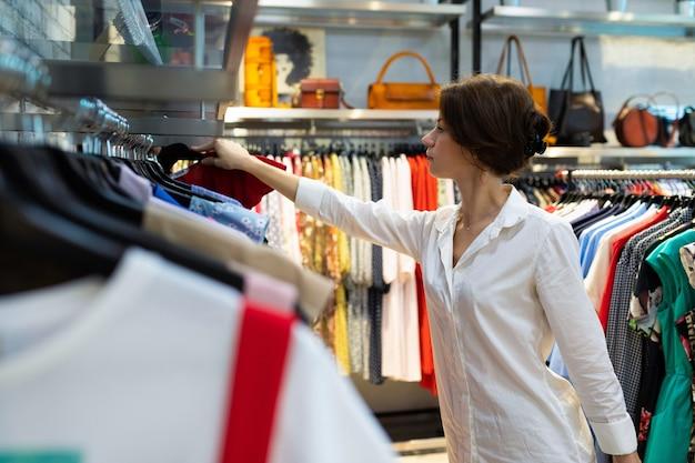 Młoda biała kobieta idzie na zakupy