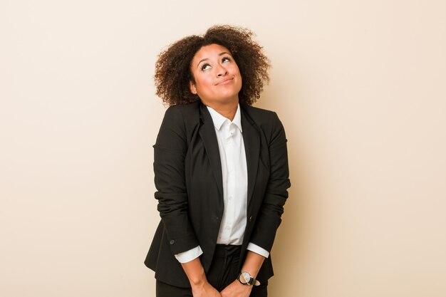 Młoda biznesowa amerykanin afrykańskiego pochodzenia kobieta marzy o osiągać cele i zamierzenia