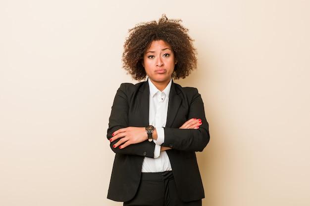 Młoda biznesowa amerykanin afrykańskiego pochodzenia kobieta nieszczęśliwa patrzeje w kamerze z sarkastycznym wyrażeniem.
