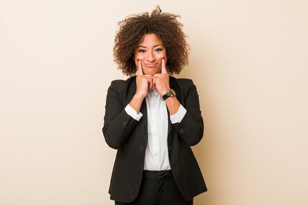 Młoda biznesowa amerykanin afrykańskiego pochodzenia kobieta wątpi między dwiema opcjami.