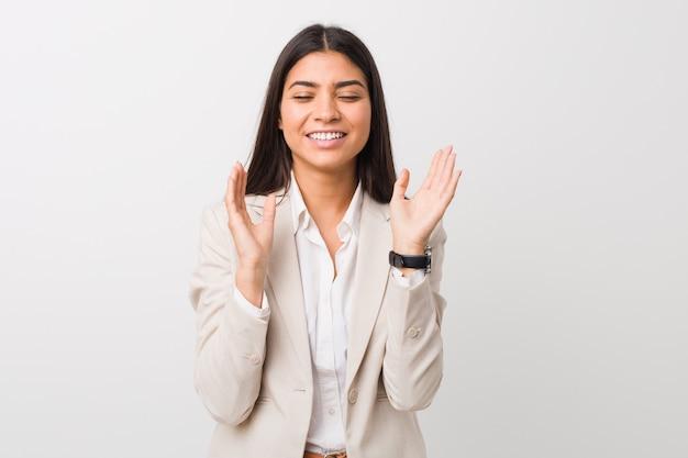 Młoda biznesowa arabska kobieta odizolowywająca na białym tle radosny śmia się dużo. koncepcja szczęścia.
