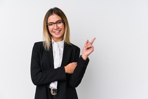 Młoda biznesowa caucasian kobieta ono uśmiecha się radośnie wskazujący z palcem wskazującym daleko od.