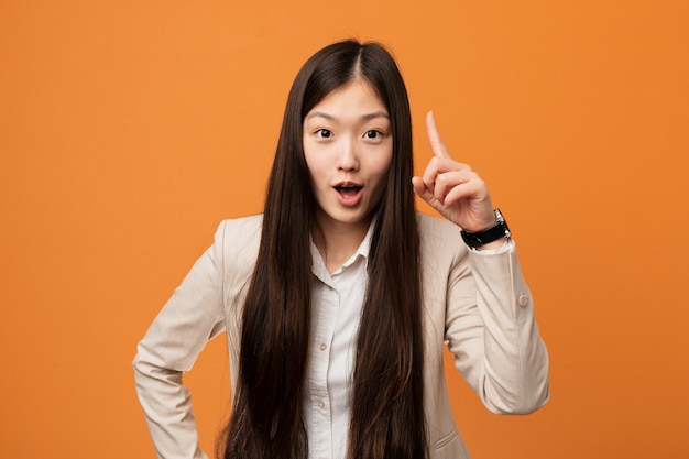 Młoda biznesowa chińska kobieta ma pomysł, inspiraci pojęcie.